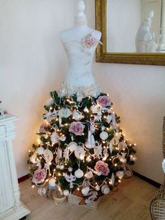 💖 Christmas tree dress form with pink roses Mannequin Christmas Tree, Dress Form Christmas Tree, Natural Christmas Tree, Unique Christmas Trees, Holiday Tree, Xmas Tree, Beautiful Christmas, Christmas Home, Christmas Holidays