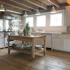 34 Awesome Farmhouse Kitchen Island Decor and Design Ideas Farmhouse Kitchen Island, Kitchen Island Decor, Cozy Kitchen, Modern Farmhouse Kitchens, Kitchen Styling, New Kitchen, Home Kitchens, Beach Kitchens, Dream Kitchens
