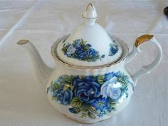 this vintage style teapot holds approximately 8 - 10 cups