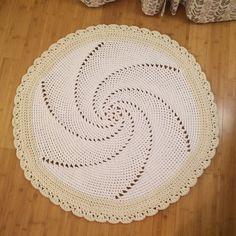 """Dywan szydełkowy """"Młynek"""". Dywanik wykonany ze sznurku bawełnianego , bardzo starannie wykończony. Świetnie reprezentuje się w nowoczesnych i klasycznych wnętrzach . Średnica dywanu 100 cm. Można..."""