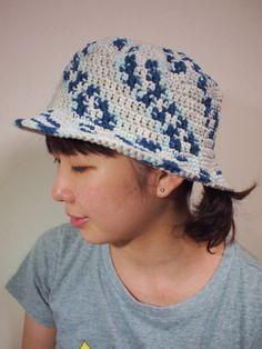秋の行楽に♫綿の手編みハットです。シンプルなかぎ針編みでおしゃれな帽子に仕上げました。イタリア製の綿糸の段染め毛糸を使ってます。ブルーやグレー、白の色合いが独...|ハンドメイド、手作り、手仕事品の通販・販売・購入ならCreema。