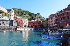 Una ciudad sobre un promontorio rocoso que se interna en el mar. Así se describe Vernazza, un pueblo pintoresco y colorido por demás. Es uno de los pueblos de Cinque Terre, en Liguria, Italia, una zona de costa y paisajes abruptos con pueblos colgados junto al mar.