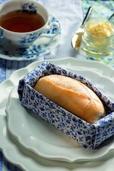 Com tecido mais estruturado, ele vira uma cestinha para o pão. Guardanapo Roupa de Mesa, pratos D. Filipa, xícara Tania Bulhões, jogo americano Valencien, faca Coisas da Doris | fabric basket for a single bread