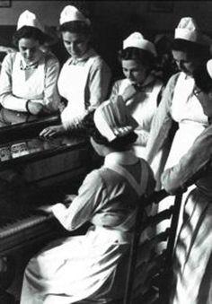 nurse uniform pinafore dress shirt hat Nurses Gather around a Piano, ca. Vintage Nurse, Vintage Medical, Nursing Tips, Funny Nursing, Nursing Quotes, Nursing Memes, History Of Nursing, Vanderbilt University, Becoming A Nurse