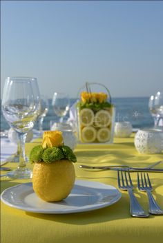 Nadire Atas on Table Settings With Lemons Lemon table decor--adorable! and it will smell clean too Decoration Plante, Decoration Table, Table Centerpieces, Beautiful Table Settings, Deco Floral, Table Centers, Deco Table, Yellow Roses, Lemon Yellow