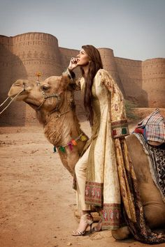 I love camels. I didn't look so elegant when I rode them. Arab Fashion, Indian Fashion, Woman Fashion, Fashion Shoot, Morocco Fashion, Arabian Beauty, Kahlil Gibran, Inspiration Mode, Carl Jung
