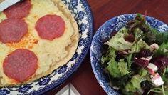 Geen zin om te koken. Daarom vandaag pizza gemaakt v maistortilla belegd met , een beetje, harissa(pittige saus), geraspte kaas en kalkoensalami. Even in de koekepan met deksel, tot kaas gesmolten is. Er naast een gezonde bladsalade met blokjes verse rode biet en fêta. Dressing v basilicumolijfolie en witte azijn. Verse peper er over.