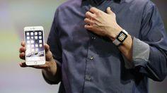 Apple CEO Tim Cook mit der Apple Watch und dem iPhone 6 Plus