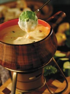 Wisconsin Trio Fondue       Ingredients:    1 and 1/2 cups (6 oz.) shredded Butterkase  1 and 1/2 cups (6 oz.) shredded Fontina cheese  3 tbsp. all-purpose flour  3/4 cup white wine  1/4 cup dry sherry  2 tsp. chopped shallots  1 tsp. freshly ground pepper  1/4 cup crumbled Blue cheese  2 tbsp. chopped scallions