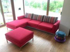 Czerwona sofa Coma, z oparciem w paski. Dostępna w dowolnej wielkości oraz w dowolnym kolorze. Sofa, Couch, Studio, Furniture, Home Decor, Settee, Settee, Couches, Studios