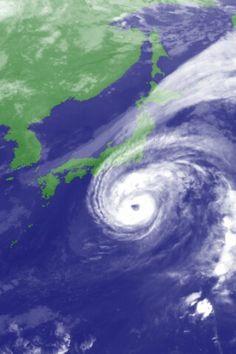 El Tifón #Pabuk se intensifica lejos del Sur de Japón. Es el equivalente a un Huracán categoría 2. Vientos de 165kmh. Bandas exteriores rozando el borde Sureste de la Isla