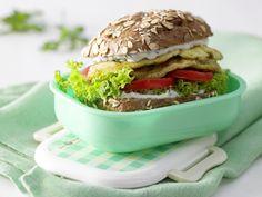 Mal ein etwas anderer Burger. Ganz ohne Fleisch - das freut Vegetarier. Omelett-Burger mit Zucchini - Kindersnack (10–14 Jahre) - smarter - Kalorien: 389 Kcal - Zeit: 15 Min. | eatsmarter.de