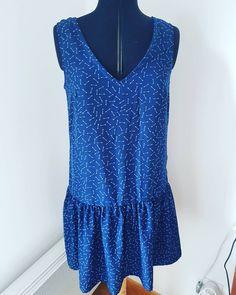 Voilà ma première #jadelap de @louisantoinetteparis. C'est le modèle que j'ai choisi pour le mariage de ma meilleure amie cet été mais je ne suis pas sûre du choix de mon tissu et même de la robe qui est très jolie mais bien dénudée dans le dos quand même. Qu'en pensez vous ? Je suis témoin. Le tissu acheté il y a au moins un an à @mondialtissus, je pense très agréable à porter. #jeportecequejecouds #handmade#cousumain #jepeuxpasjaicouture #diy #addict #sewing #mondialtissus #louisantoinette Peplum, Couture, Crochet, Diy, Fashion, Thinking About You, Weddings, Dress, Moda