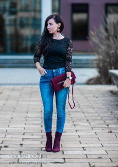 Outfit Spitzenkleid als Oberteil, Röhrenjeans, Stiefeletten. Burgundy Accessoires und Quastenohrringe | Steve Madden, Liebeskind Berlin, Selected Femme | Julies Dresscode | #ootd #fashionblogger #juliesdresscode #burgundy