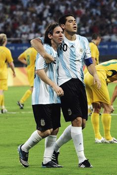 Lionel Messi y Juan Roman Riquelme ⚽⚽ Messi Argentina, Neymar, The Good Son, Football Gif, Best Player, Girls In Love, Fc Barcelona, Football Players, Roman