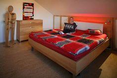 Riesiger Stauraum dank Rollwägen in die Dachschräge und dem Platz hinter dem Bett http://www.die-moebelmacher.de/produkte/wohnen/schlafzimmer/massivholzschlafzimmer14bis15.html