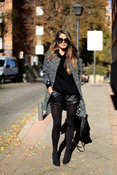 Shorts de couro preto Blusa preta  Cardigan cinza
