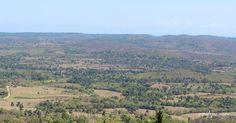 Paisaje desde el Pan de Matanzas. Al centro el poblado de Corral Nuevo y más atrás las elevaciones de Tres Ceibas de Clavellinas