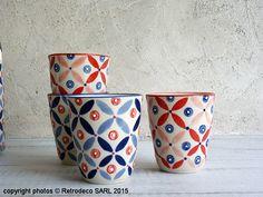 Coup de coeur pour ces gobelets Petal Mix plein de charme de chez Pols Potten en porcelaine peinte à la main. Ils sont vendus par 4. Deux à dominante bleue, deux à dominante rouge. Un petit point blanc en relief renforce leur effet déco. Ils sont présentés dans un coffret en carton. Associez-les avec la théière et les bols du même motif. Compatible lave-vaisselle et micro-ondes.