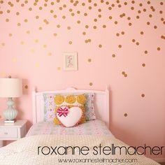 10 paredes de lunares irresistibles o de c mo hacer la - Vinilos lunares dorados ...