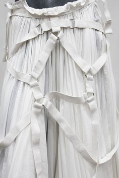 View this item and discover similar for sale at - A white cotton full pleated layered skirt by Junya Watanabe for COMME des GARCONS. The skirt was first shown on the Paris runway for the Spring/Summer Quirky Fashion, White Fashion, Runway Fashion, Fashion Show, Fashion Art, Inspiration Mode, Design Inspiration, Rei Kawakubo, Straight Jacket