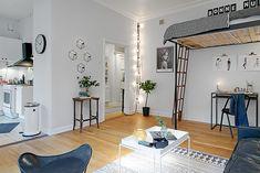 Apartamento pequeno com uma ótima ideia de onde colocar a sua cama para economizar espaço - limaonagua