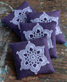 Deze unieke lavendel zakjes zijn genaaid van linnen met een gehaakte motief. Sachets bevatten hoge kwaliteit gedroogde lavendel (ca. 23 g/0.8 oz). Er