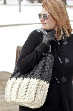 Crochet Bag Bewitching Braids Bag Free Crochet Pattern - Free crochet pattern for a beautifully textured yet simple bag! Works up quickly in bulky yarn and with a simple one-row repeat for mindless crocheting! Col Crochet, Crochet Shell Stitch, Bead Crochet, Crochet Stitches, Crochet Patterns, Knitting Patterns, Knitting Projects, Crochet Bag Free Pattern, Yarn Projects