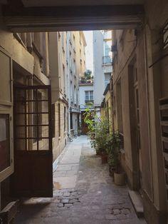 Gravestone Courtyard in Paris: 26 Rue Chanoinesse, Ile de la Cité!