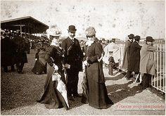 Eleganti signore e gentiluomini ,abiti del 900 assistono alle corse all'ippodromo fiorentino delle Cascine 1900-1905.