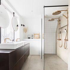 Het eindresultaat van de badkamer in Zaandijk! Wie heeft mij vanavond gespot op TV :)? Jullie hebben misschien recent al voorbij zien komen dat ik aan de slag ben gegaan als styliste van @karwei voor @eigenhuisentuin! Zo leuk om te doen! De badkamer was oud en gedateerd dus er kwam een volledig nieuwe indeling. Het eindresultaat is fris en modern geworden met een mix van verschillende materialen. De DIY-spiegels op de verrassende plek voor het raam zijn mijn favoriet! Wat vinden jullie…