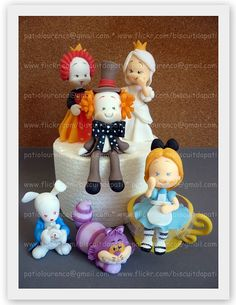 By Biscuit da Pati Patricia Lourenco Alice Wonderland Polymer Clay Fairy, Polymer Clay Dolls, Polymer Clay Charms, Polymer Clay Creations, Clay Crafts, Diy And Crafts, Love Cake Topper, Cake Toppers, Alice In Wonderland Doll