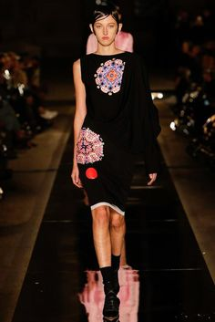 Givenchy Spring 2017 Ready-to-Wear Fashion Show - Amber Witcomb