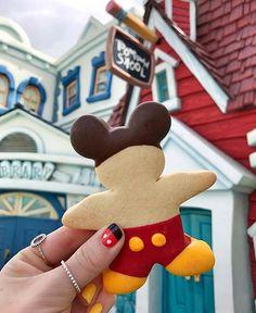 All the Mickey-Shaped Foods at Disney World and Disneyland Comida Disney World, Disney World Food, Disney Desserts, Disney Snacks, Disney Recipes, Mickey Sugar Cookies, Comida Disneyland, Parc Disneyland Paris, Jolly Holiday