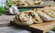 Täytetty valkosipuli-nyhtöpatonki vie kielen mennessään - ja on helppo tehdä! Wine Recipes, Bread Recipes, Vegan Recipes, Salty Foods, Toddler Meals, Toddler Food, Vegan Baking, Daily Bread, Sweet And Salty