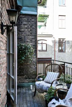 Terrassen är stor nog för både utemöbler och planteringar. Chalmersgatan 13 B - Bjurfors