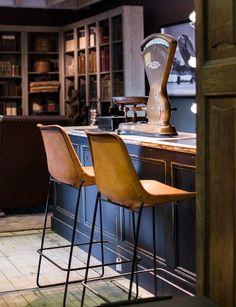 The chairs, the bar, the drinks! - Design lederen handgemaakte barstoelen - #WoonTheater