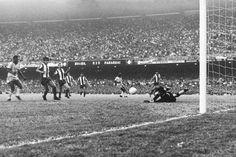 eliminatorias-69 No dia 31 de agosto de 1969, o estádio do Maracanã recebeu o maior público da sua história. 183.341 pessoas assistiram a vitória do Brasil contra o Paraguai por 1 x 0 nas Eliminatórias da Copa do Mundo de 1970, gol de Pelé aos 23 minutos da etapa final. Com a vitória, a seleção brasileira garantiu classificação para o Mundial no México