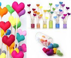 Já pensou em dar um ar de romantismo para a sua casa? Aí vai uma ideia incrível que combina decoração com reciclagem. Potes de vidro cheios de areia colorida que se transformam em lindos vasinhos e corações de feltro que fazem o papel de flores. Simplesmente MARAVILHOSO!