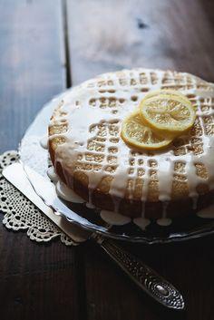 Pastel de yogurt y cáscaras de limón