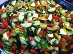 Une belle poelée de légumes du soleil, des poivrons, tomates, courgettes, oignons, ail, persil  #legumes #cuisine #courgettes #poivrons #tomates #oignons