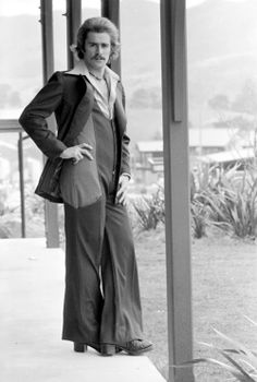 Vintage Fashion Bouffant hair, beautifully tailored suit, debonair pose - all ruined by the fact he's obviously desperately trying not to scratch his nether regions. Retro Fashion, Fashion Show, Vintage Fashion, Mens Fashion, 1970s Fashion Men, Bad Fashion, Fashion Guide, Fashion Hair, Fashion 2018