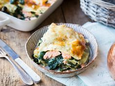 Spinat-Lachs-Lasagne mit Parmesankruste Spinach Salmon Lasagna with Bechamel Sauce and Parmesan Spinach Lasagna, Pizza Fina, Lasagna With Bechamel Sauce, Low Carb Protein, One Pot Pasta, Happy Foods, Parmesan Crusted, I Love Food, Gourmet
