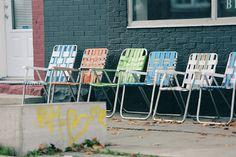 Sehr alte Gartenstühle in einer Reihe.