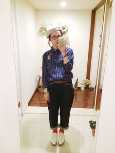ストライプシャツと濃い目のボーイフレンドデニムを合わせて青で統一。赤い靴下でポイントカラーを☆