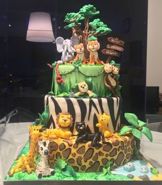 Jungle cake for a very special party. Lions tighers zebra elephant monkeys panther all together to wish you happy birthday 🎊