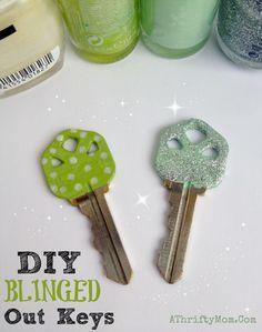 Purpurina y pintura para decorar las llaves de casa.