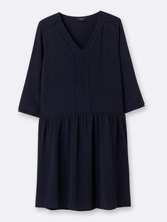 Een elegante crêpestof, een mooie deelnaad aan de heupen, een soepel model, ... deze chique en charmante jurk Made in France heeft het allemaal!  Det