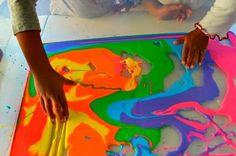 Dica de Atividade Sensorial amido de milho,água e tinta colorida     Coloque na bandeja e movimentos dedos misture lentamente as cores  ...