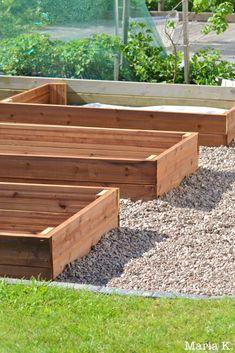 Nurmen ja sepelin väliin laitettiin nurminauhaa ja sitä vasten pihalaattoja. Tämä erottaa laatikkopuutarhan siististi nurmialueesta ja nurmikon leikkuu sujuu helpommin myös laatikoiden vierestä.